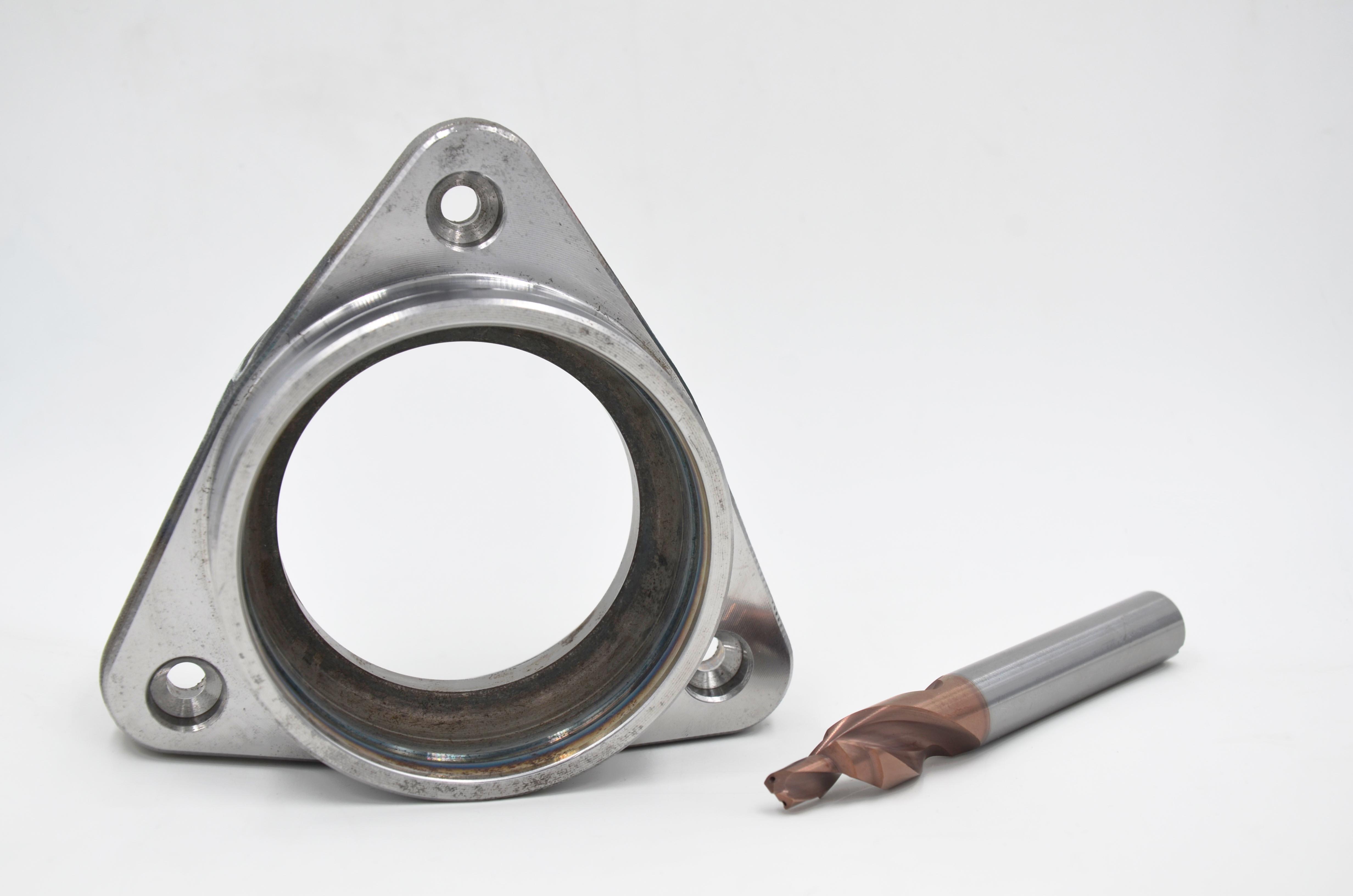 汽车轮毂轴承单元是汽车传动系统中的重要组成部分,随着汽车市场竞争越来越激烈,高品质轮毂轴承的制造也提出了增效降本的苛刻要求。 以前的轮毂轴承外圈法兰螺纹孔的孔壁粗糙度只要能达到Ra6.3就可以了,欧系品牌的高档车却提出了更高要求:新设计的轮毂轴承外圈法兰对阶梯孔壁、台阶面与孔口倒角的表面粗糙度的要求提高到了Ra1.